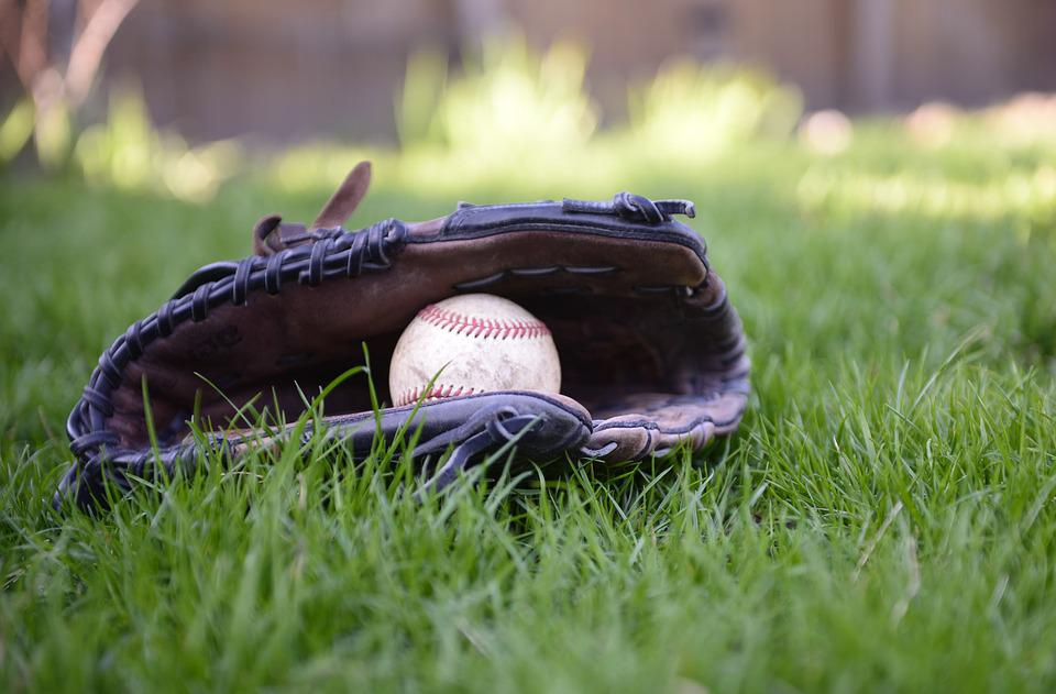 https://cdn.pixabay.com/photo/2019/05/06/03/45/baseball-4182179_960_720.jpg