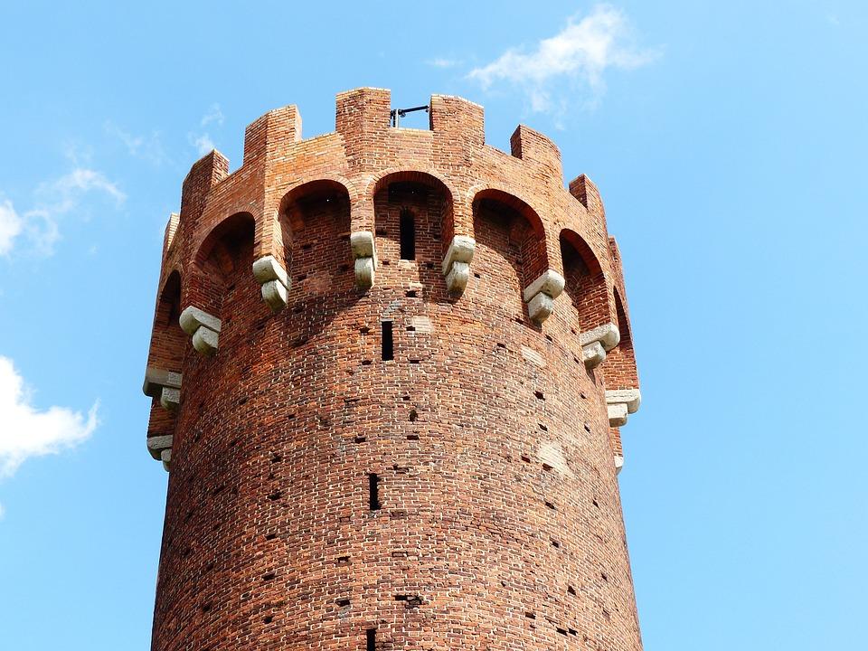 castle tower 4206333 960 720 - 3 ciekawe miejsca do odwiedzenia w sierpniu