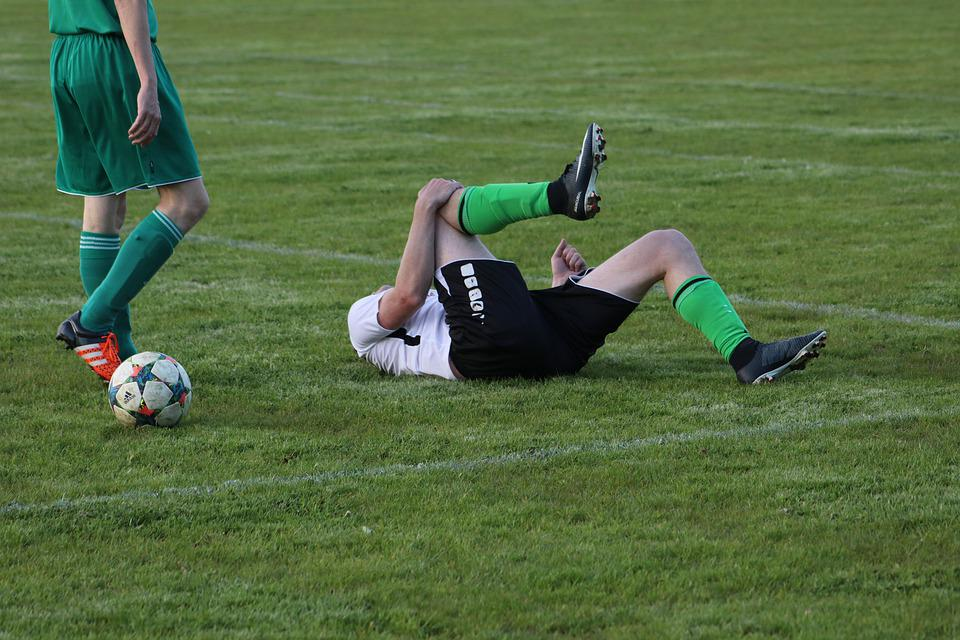 傷害, ファウル, フリーキック, サッカー, サッカー選手, 膝, キック, ボール, 草, 再生