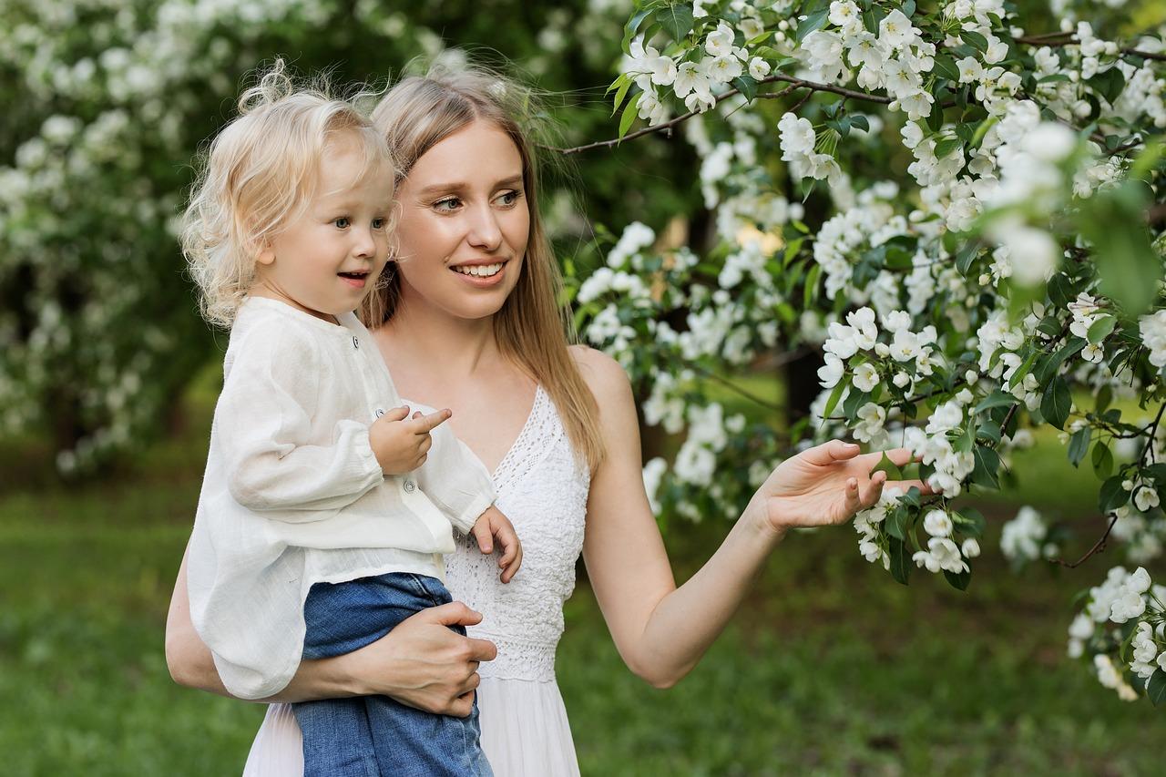 Картинка девочки с мамой