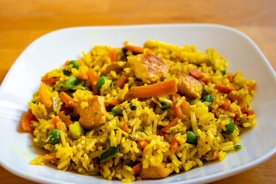 Il riso con piselli e pollo è un piatto equlibrato e con pochi grassi