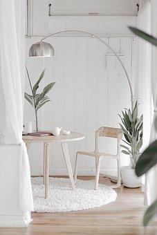 Hvite og lyse farger, samt minimalistiske dekorasjoner, kjennetegner skandinavisk design.