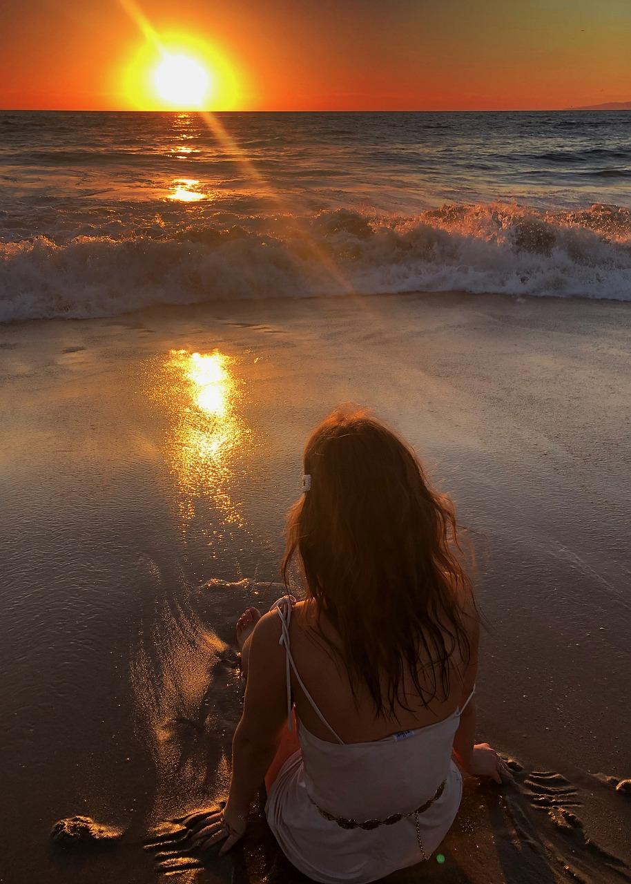 Девушка на пляже спиной закат
