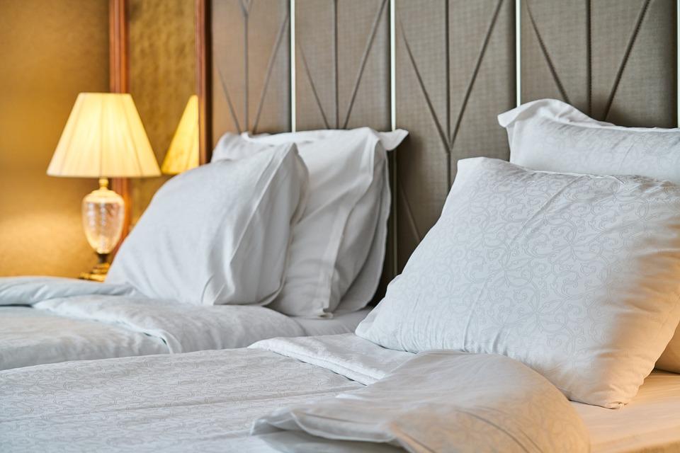Hotel, Kamar, Tempat Tidur, Bantal, Lembar, Putih, Pagi