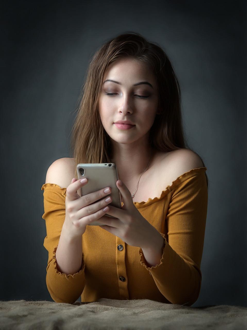 Девушка сидит в телефоне картинки