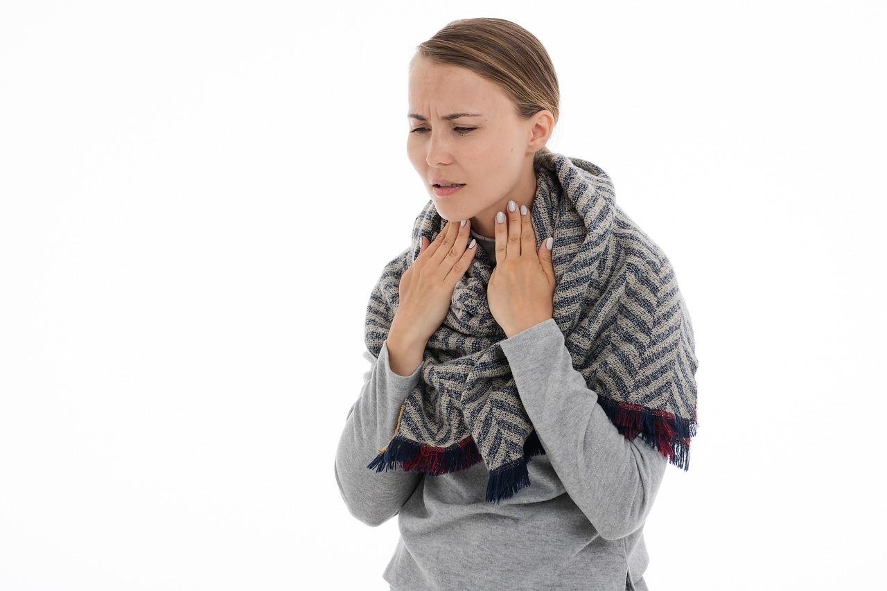 Все формы ларингита у взрослых имеют схожие симптомы.