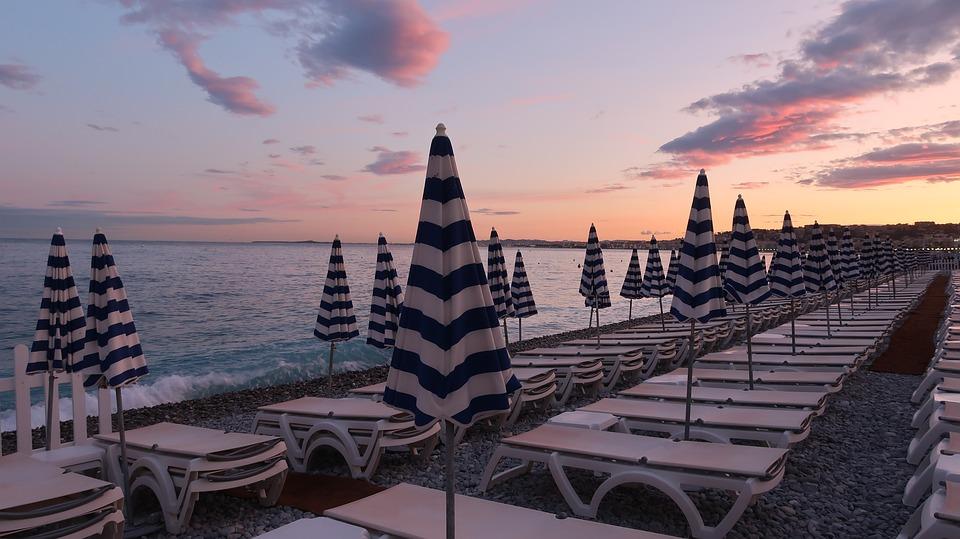 praia em Nice ao entardecer