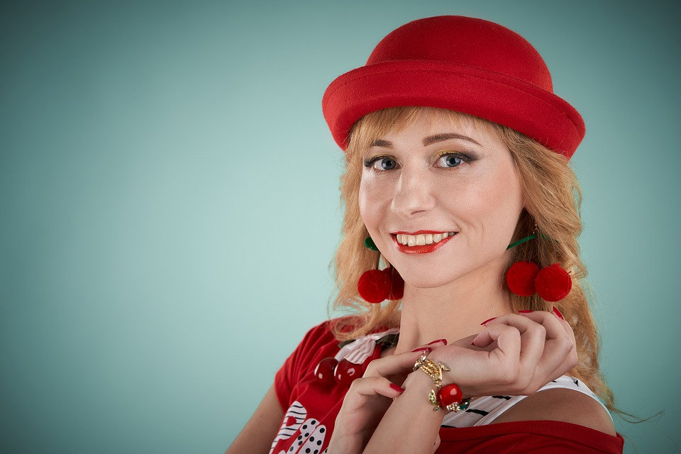 肖像画, 姿勢, 手, イヤリング, 笑顔, メイク, スタイリスト, 赤毛の女, 髪型, 敷設, 赤面