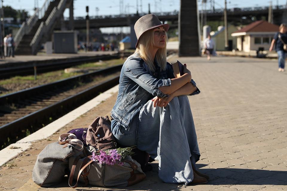 Treinstation, Jonge Vrouw, Koffers, Verwachting