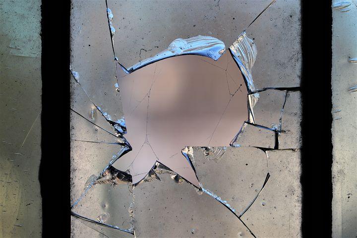 картинки осколок или разбитого стекла дверь