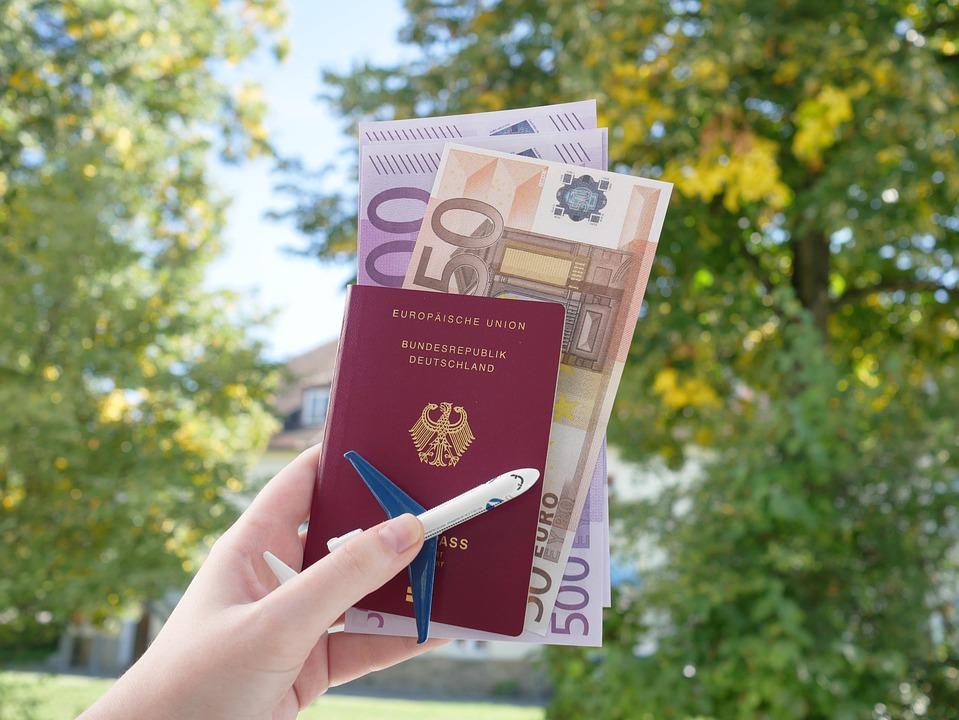 documentos necesarios para recorrer europa: pasaporte y billetes y monedas en formato euro