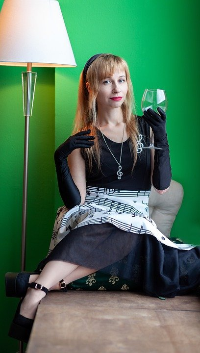 女性とワイン