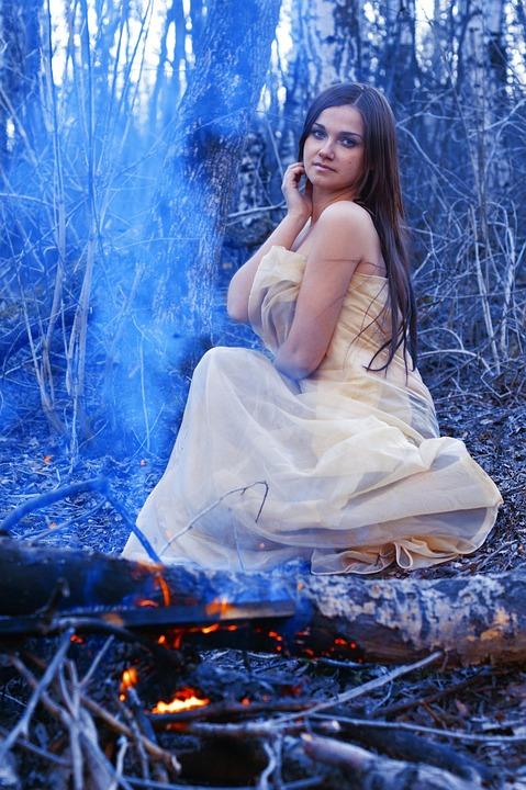 Mooi Meisje Rond Het Kampvuur, Heks, Brand, Vlam