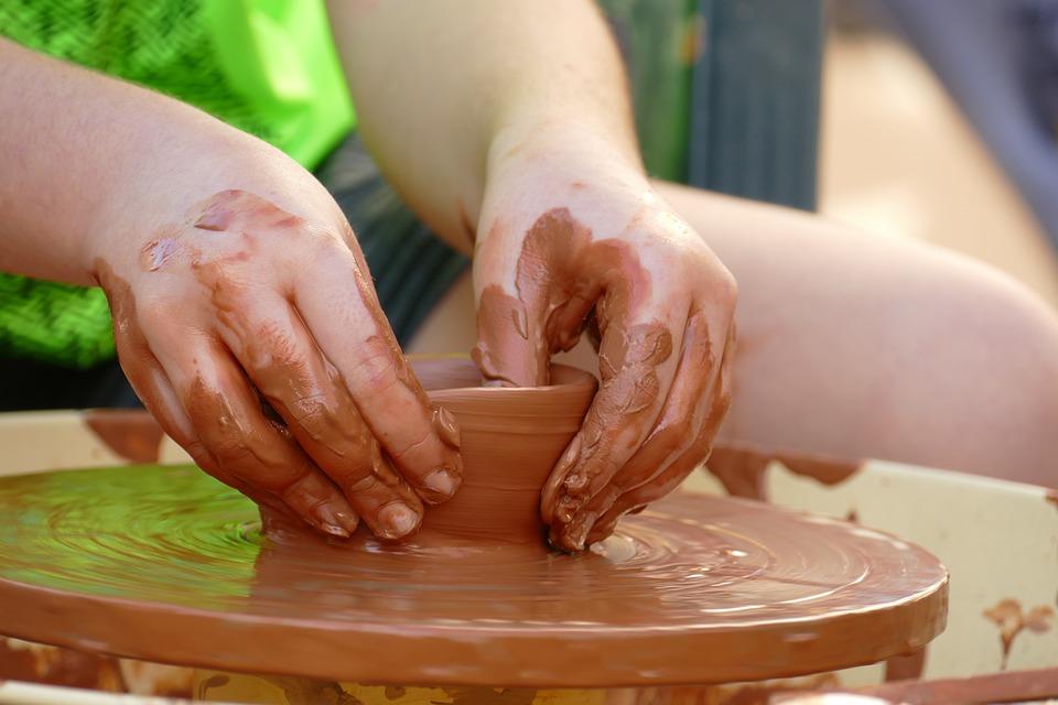 Eine Person töpfert Keramik auf einer Töpferscheibe, Freizeit in Leipzig