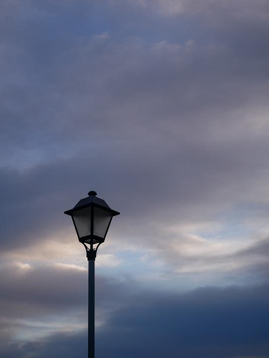 Под облаками золотая пыль )( стих. Street-lamp-4699940_960_720