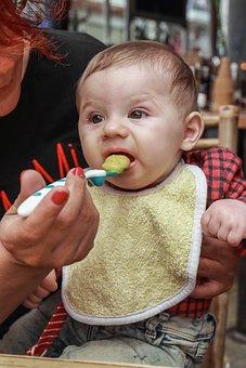 各年龄段宝宝适合哪种奶瓶 不同年龄用不同材质的奶瓶
