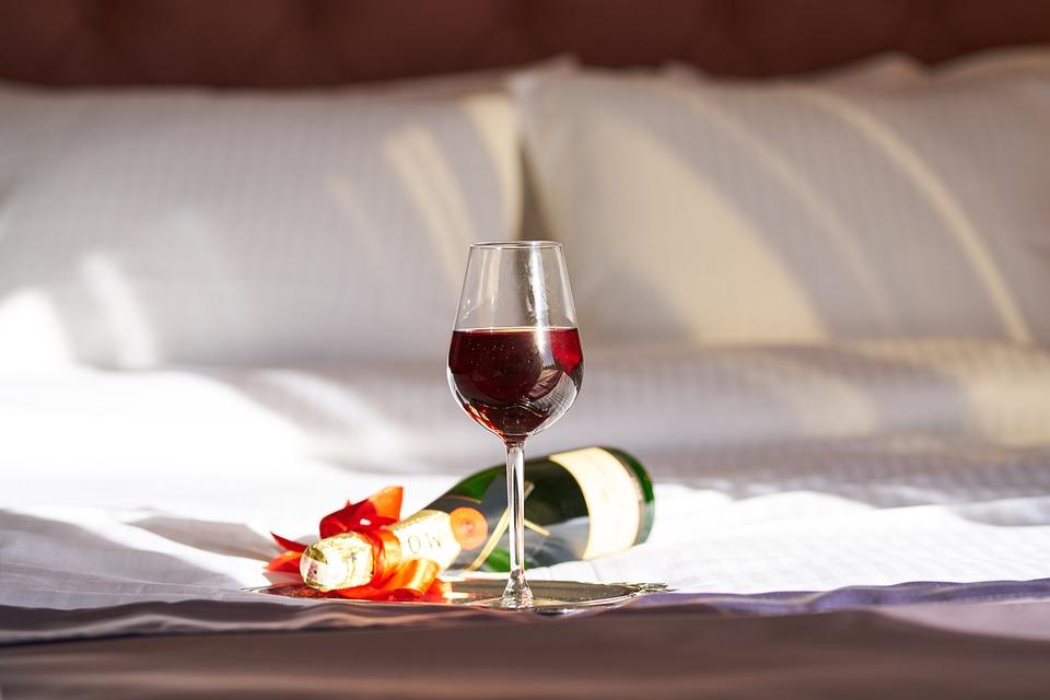 Vino, Un Brindis, Rojo, Botella, Cama, Romántica