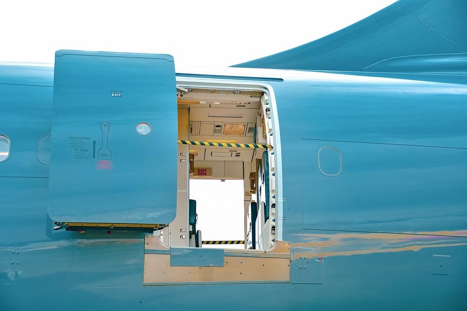pintu pesawat