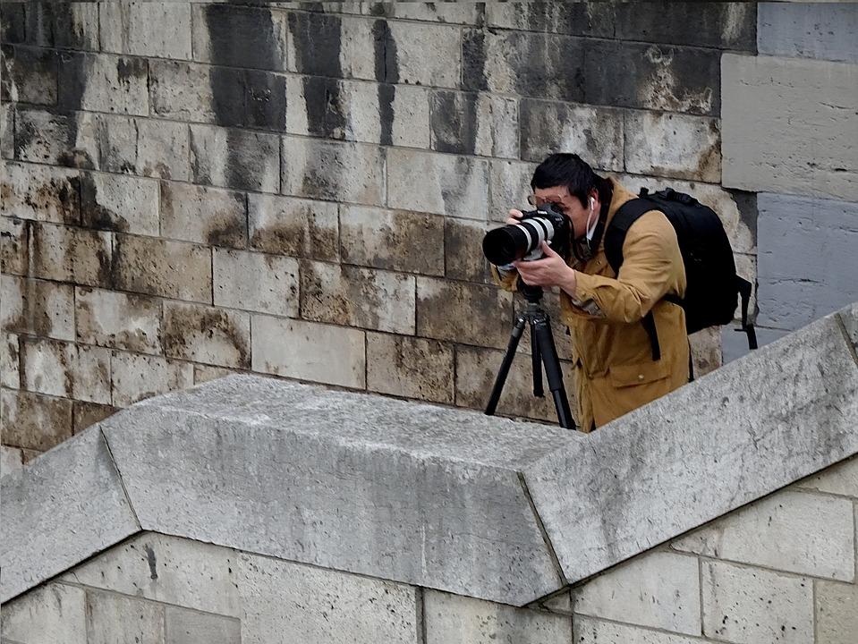 Et godt pressefoto kan bli tatt i skjul av en undercover paparazzi.