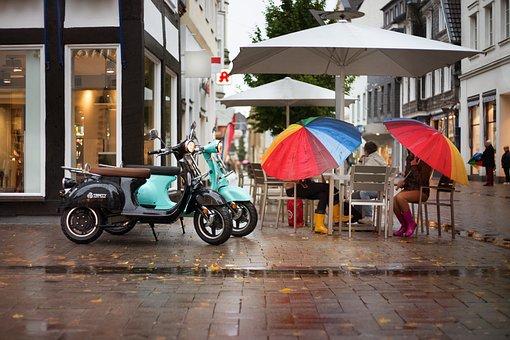 電動スクーター, スクーター, 通り, 雨, 傘, 女性, カフェ, 会話