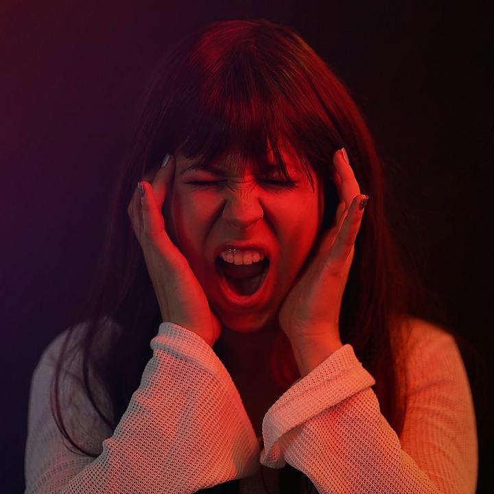 Wütende schreiende Frau