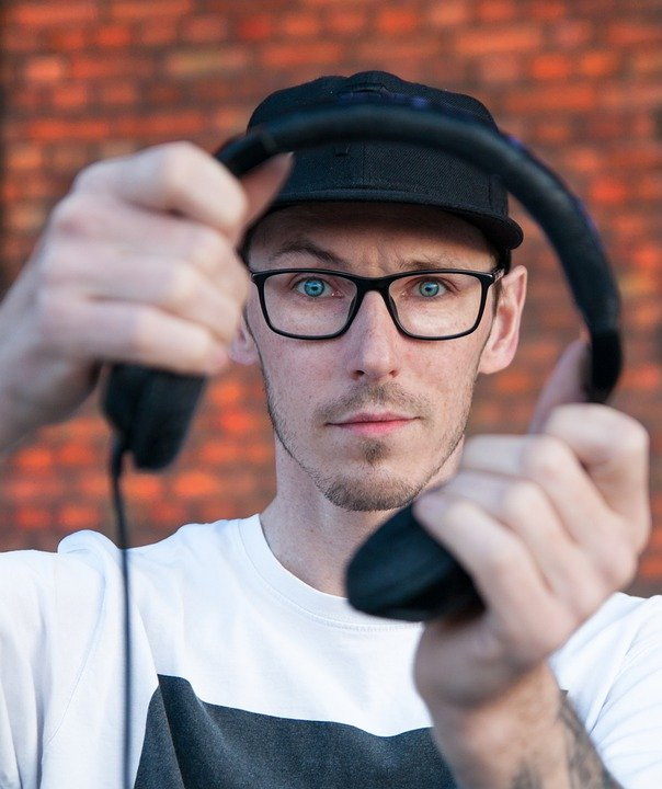 How to wear headphones with glasses