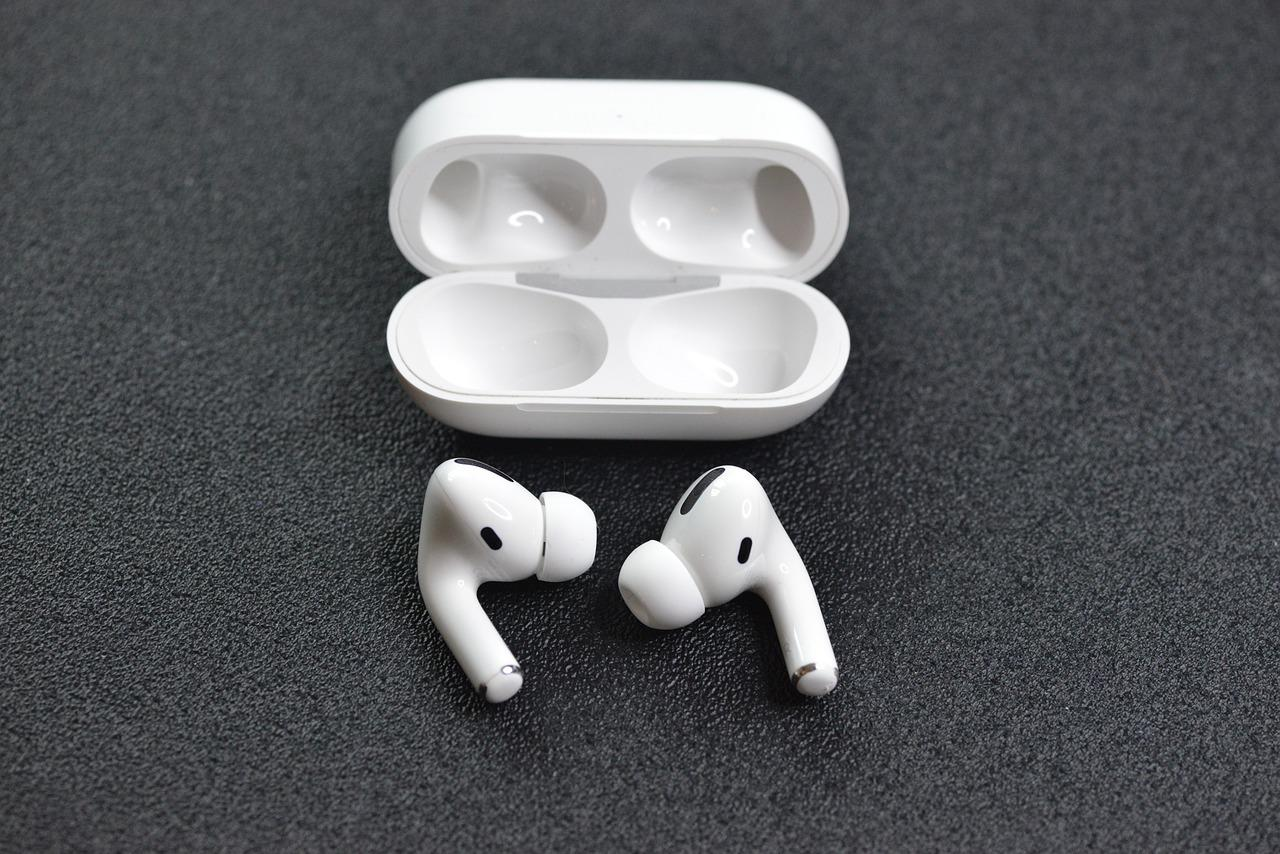 https://cdn.pixabay.com/photo/2020/05/14/09/54/earphones-5193970_1280.jpg