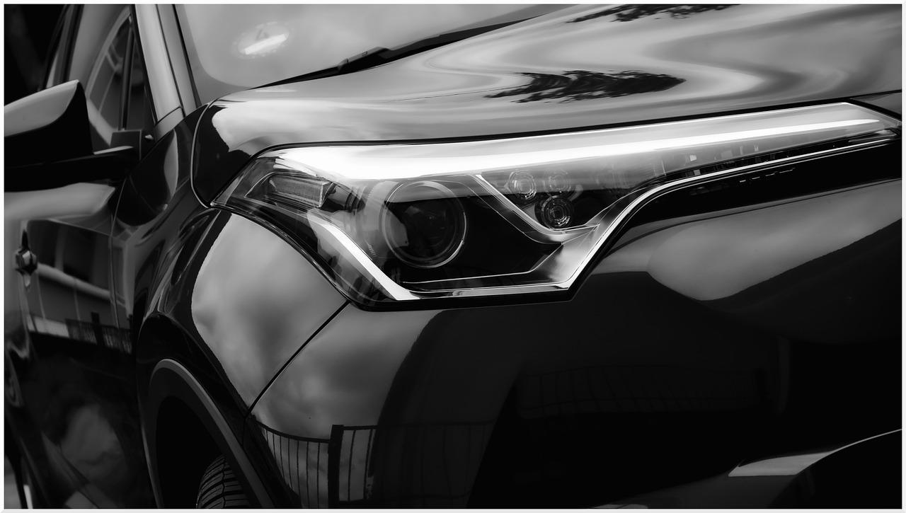 Close on front headlights of black Toyota Highlander