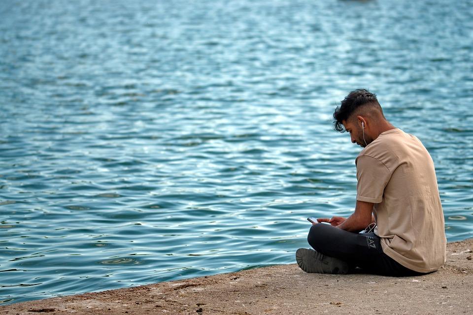 少年, 人, 若, 置い, 湖には, を聞き, 音楽, のヘッドホンを耳, 携帯電話, リラクゼーション, 水