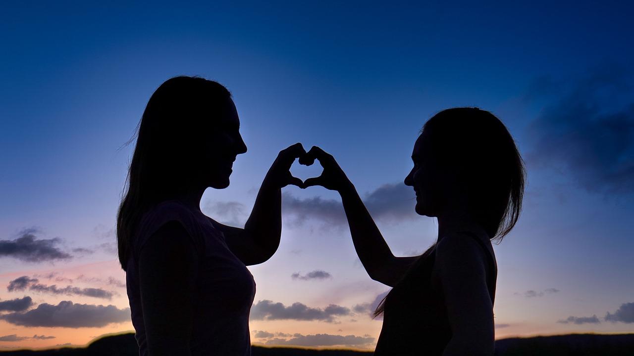 https://cdn.pixabay.com/photo/2020/06/04/15/31/friendship-5259267_1280.jpg