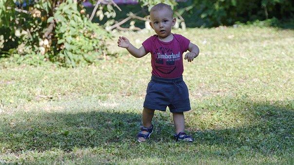 Kind, Der Kleine Junge, Spielen, Gras