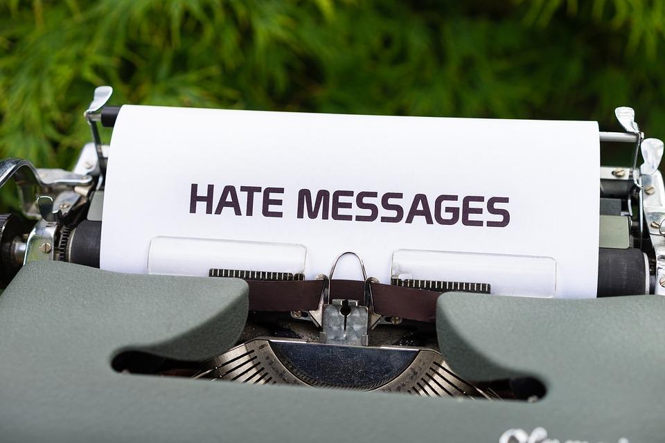 Maszyna Do Pisania, Nienawistne Wiadomości, Nienawiść