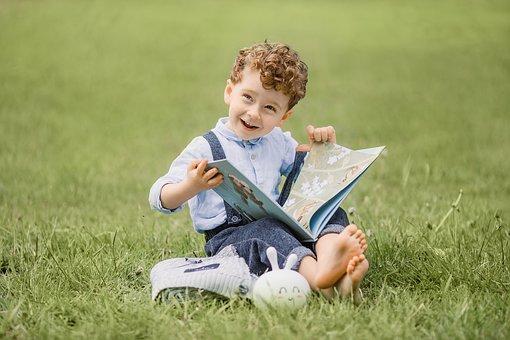 人, 子, 書籍, 座っている, 草, 教育, 自然, 公園, 夏, 読書