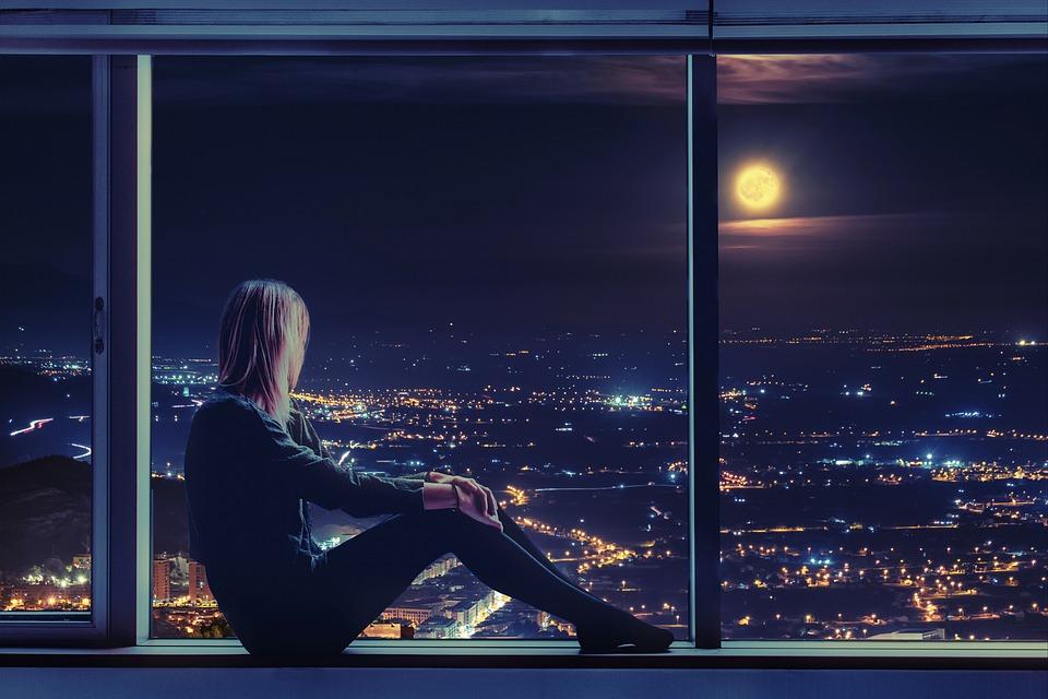 女性, 座っている, ウィンドウ, 月, 窓際, 月光, 都市の景観, 街の灯, 夜の時間, 泊, 市