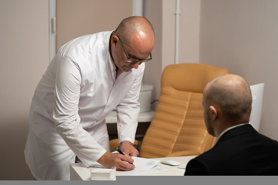 Терапевт: описание, особенности профессии, плюсы и минусы, обучение, работа и карьера