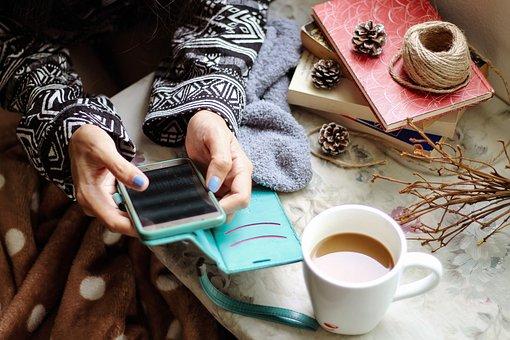 スマホを操作している女性|アインの集客マーケティングブログ