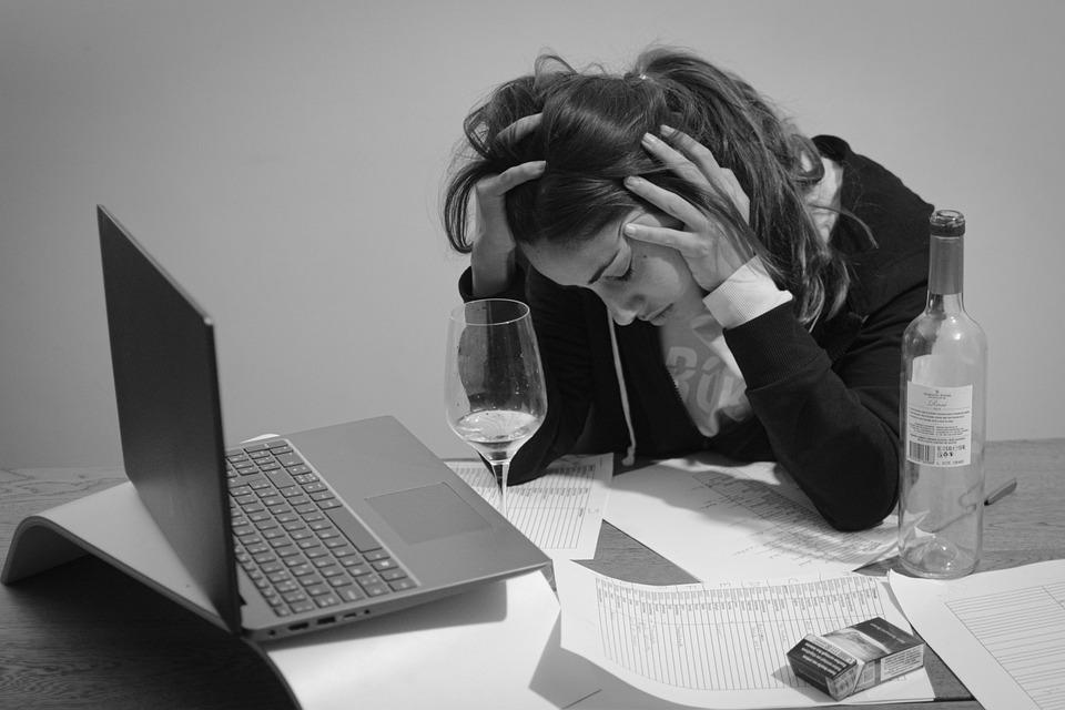 女性, 強調する, 作業, 過労, 中毒, 落ち込ん, ノートPc, コンピューター, タバコ, アルコール