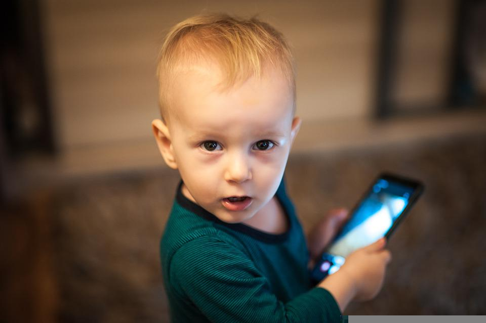 kids playing smartphone games